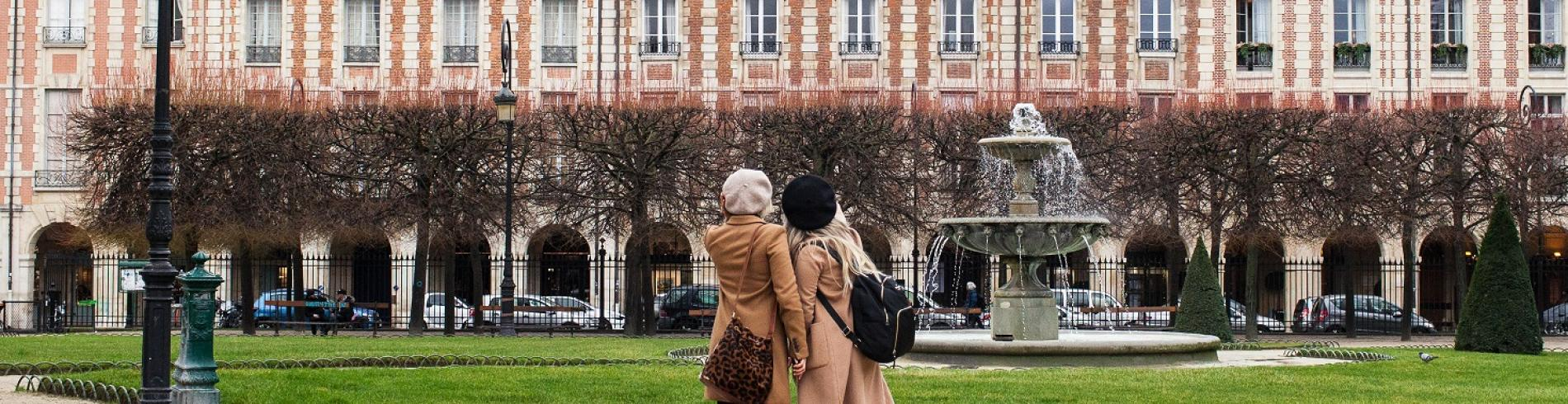 2 friends in Paris in the winter