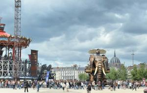 panoramic view of the elephant walking through the streets of Nantes