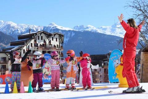 Children in ski school