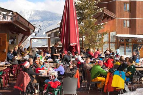 People enjoying après ski in La Tania