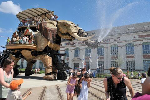 Machines de l'Ile elephants spraying water on the crowds