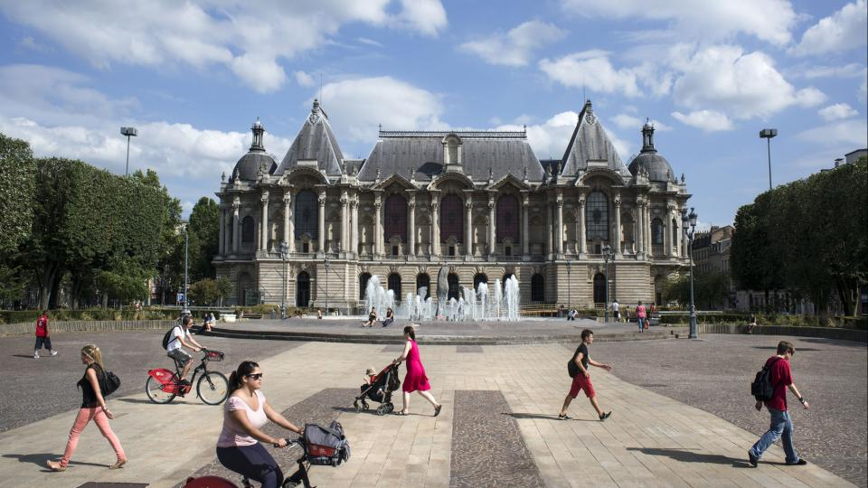Facade of the museum with fountain in front